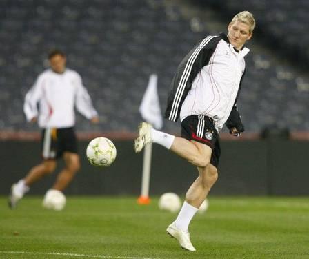 الالماني شفاينشتايجر 2011 شفاينشتايجر 2011 Bastian_Schweinsteiger_ball.jpg