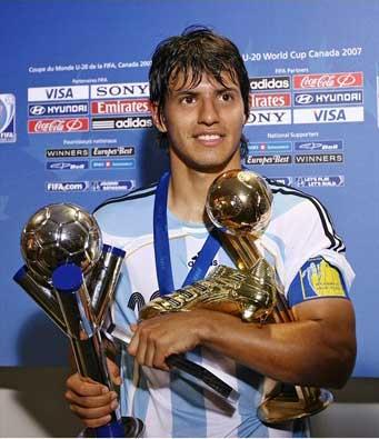 2011 2011 2011 الارجنتين Aguero Aguero-Cups.jpg