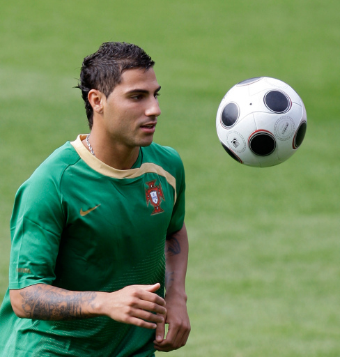 http://www.football-pictures.net/data/media/370/Quaresma_ball.jpg